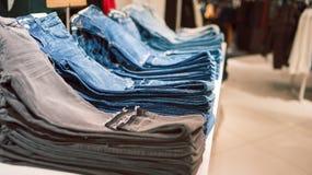 Jeans sur le compteur du magasin Image libre de droits