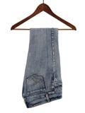 Jeans sur une bride de fixation en bois Photos stock
