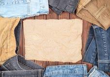 Jeans sur une table en bois images libres de droits