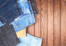 Jeans sur une table en bois photo libre de droits