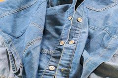 Jeans tar prov med knappar och sömmen Arkivbild