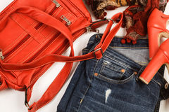 Jeans, Tasche und rote Schuhe lizenzfreie stockfotos