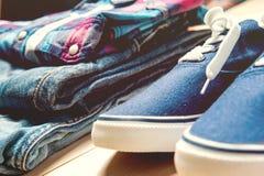 Jeans, tennisschoenen en overhemd op vloer royalty-vrije stock afbeelding