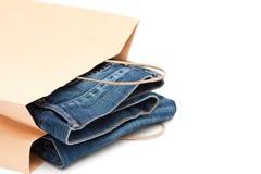 Jeans in un sacchetto di elemento portante immagini stock libere da diritti