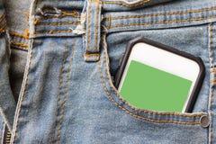 Jeans und grüner Schirm des Handys Stockbild