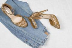 Jeans und Schuhe FBlue mit der Stickerei flatlay lizenzfreies stockfoto