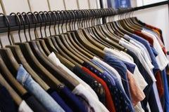 Jeans van verschillende stijlen op de hanger in de toonzaal Royalty-vrije Stock Afbeelding