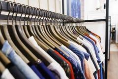 Jeans van verschillende stijlen op de hanger in de toonzaal Royalty-vrije Stock Foto