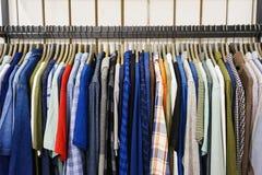 Jeans van verschillende stijlen op de hanger in de toonzaal Stock Foto's
