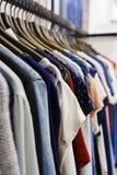 Jeans van verschillende stijlen op de hanger in de toonzaal Stock Fotografie