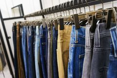 Jeans van verschillende stijlen op de hanger in de toonzaal Royalty-vrije Stock Fotografie