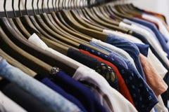 Jeans van verschillende stijlen op de hanger in de toonzaal Royalty-vrije Stock Foto's