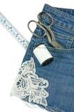 Jeans verziert mit der Spitze lokalisiert auf Weiß Lizenzfreie Stockfotos