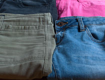 Jeans von verschiedenen Farben Lizenzfreies Stockbild