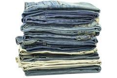 Jeans zusammen gestapelt stockbild