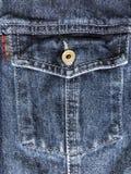 Jeansbakgrund med det knäppas bröstkorgfacket fotografering för bildbyråer