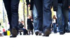 jeansmän går deras Arkivfoton