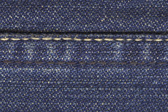 jeansmaterialhäftklammer arkivfoton