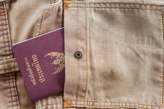 Jeanspåse med det Thailand passet Arkivfoton