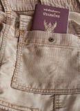 Jeanspåse med det Thailand passet Royaltyfri Foto