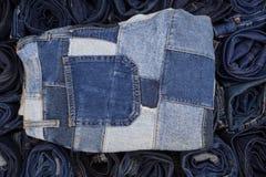 Jeanspatchwork auf Jeans Hintergrund, Denimpatchwork Stockbild