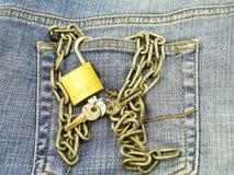 Jeans Tasche und Vorhängeschloß Stockbilder
