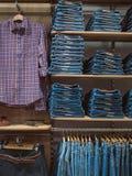 Jeanswear de moda elegante Tienda con arreglado cuidadosamente con el ev Imagen de archivo libre de regalías