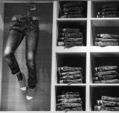 Jeanswear de vitrine boutique de jeans Bruxelles, Belgique, le 19 avril, 2 Image libre de droits