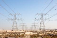 高压输电线在Jebel阿里,迪拜 免版税库存图片