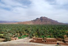Jebel Kissane und palmeraie. Agdz, Souss-Massa-Draâ, Marokko Stockfotos