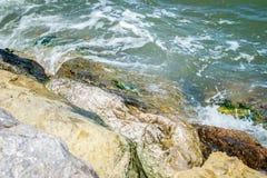 Jebha海岛和波浪和岩石 库存照片