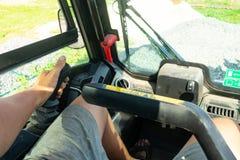 Jechać forklift Taksówka ciężarówka oczyma operatora Praca forklift na budowie zdjęcia stock