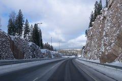 Jechać na autostradzie po śniegu Obrazy Stock