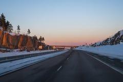 Jechać na autostradzie po śniegu Zdjęcia Stock