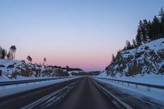 Jechać na autostradzie po śniegu Fotografia Stock