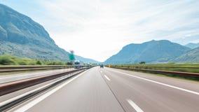 Jechać na autostradzie przez łąk w Włochy timelapse hyperlapse drivelapse i gór zbiory wideo