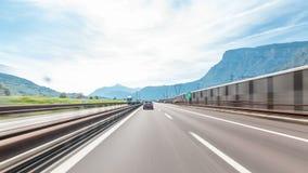 Jechać na autostradzie przez łąk w Włochy timelapse hyperlapse drivelapse i gór zdjęcie wideo
