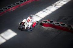 Jechać na karting na auto śladzie Młody facet współzawodniczy przy t zdjęcie royalty free