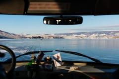 Jechać na lodzie zamarznięty jeziorny Baikal w Rosja Podróżujący w zimie samochodem, piękny krajobrazowy widok Obraz Stock