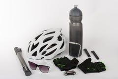 Jechać na rowerze akcesoria, jechać na rowerze, hełm, rower rękawiczki, eyeglasses i wodę, Obrazy Royalty Free