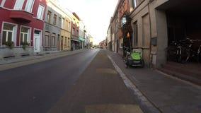 Jechać na rowerze do domu w wieczór świetle słonecznym zbiory wideo