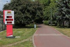 Jechać na rowerze kontuar instalującego rower ścieżką w Gdańskim, Polska Obrazy Stock