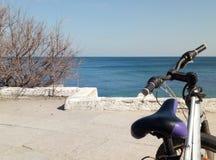 Jechać na rowerze na nadbrzeżu przegapia morze w wiośnie obraz royalty free