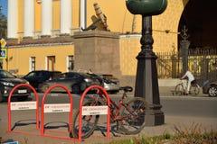 Jechać na rowerze parking staczać się admiralicję jasny dzień w lecie w S Fotografia Stock
