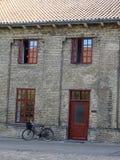 Jechać na rowerze przed starym budynkiem w Kopenhaga, Dani obrazy royalty free