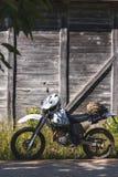 Jechać na rowerze rocznika tło drewnianego z drogowego retro enduro fotografia royalty free
