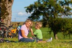 jechać na rowerze rodzinnego wjazd fotografia royalty free