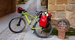 Jechać na rowerze sposób świętego James kamień podpisuje wewnątrz Cirauqui Obrazy Stock