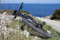 Jechać na rowerze na stronie ślad blisko oceanu zdjęcia stock
