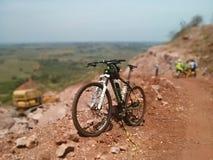 jechać na rowerze target1669_0_ cyklisty głębii pola ostrości lasu ręk halną perspektywy płyciznę Obraz Royalty Free